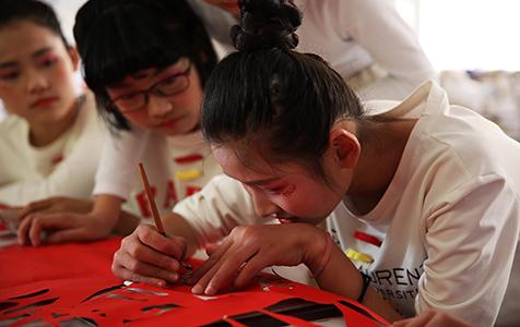 """安徽:中学生穿戴""""剪纸服"""" 传承非遗国粹"""