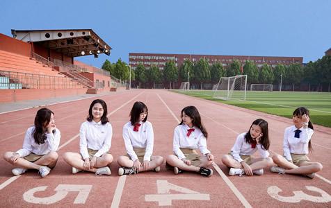 北京:毕业生拍创意毕业照告别母校