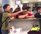 """航班延误 乘客无理要求工作人员下跪道歉 称以示""""诚意"""""""