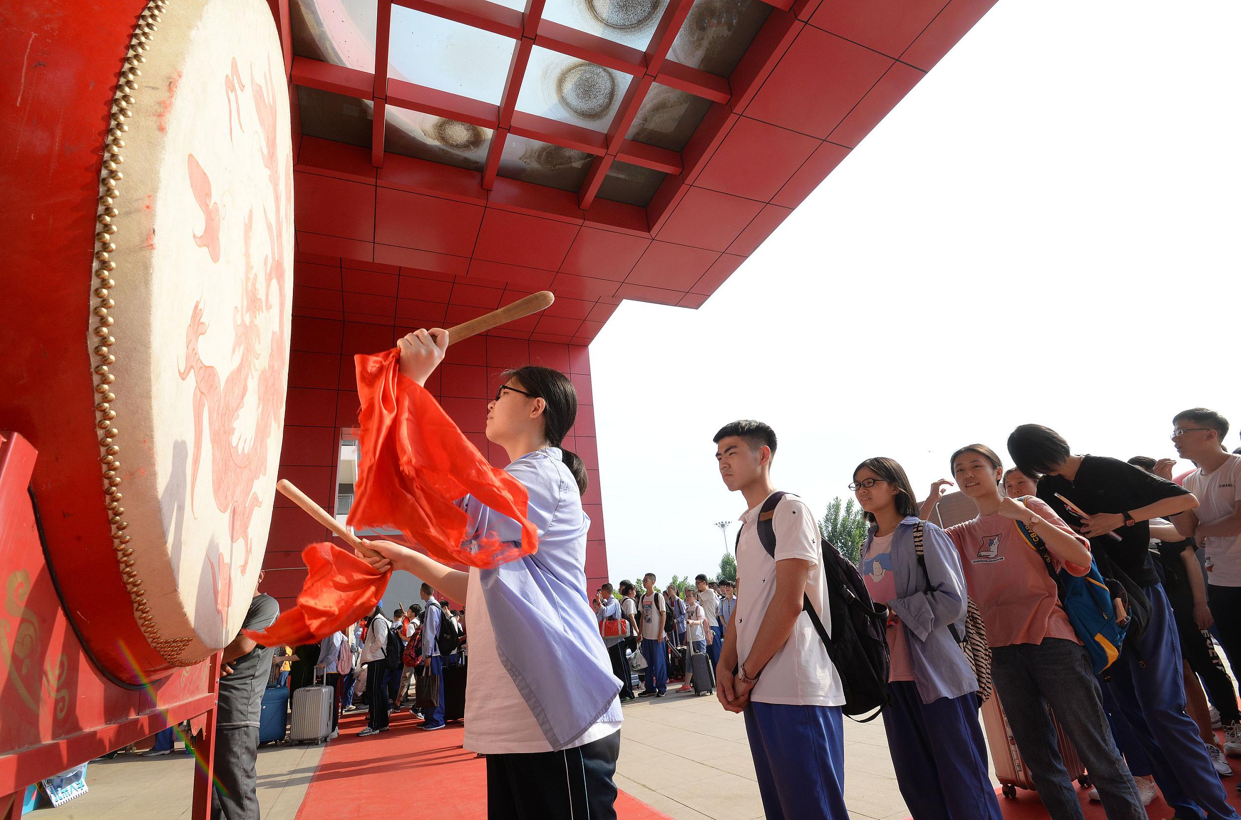 365bet体育在线河北邯郸:擂战鼓冲高考 校园举办励志活动为学