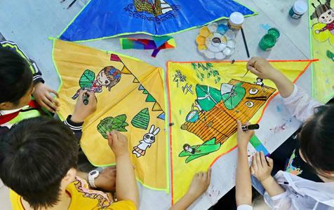 秦皇岛:彩绘风筝迎端午