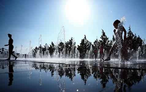 莫斯科遇高温天气 民众喷泉戏水降温