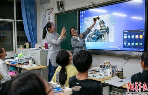 """""""这块屏幕""""有多重要?听云南省一中学的毕业生说说"""