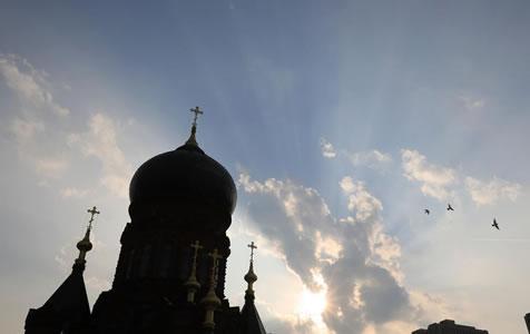 """哈尔滨:天际现出""""耶稣光"""" 辉映索菲亚教堂"""