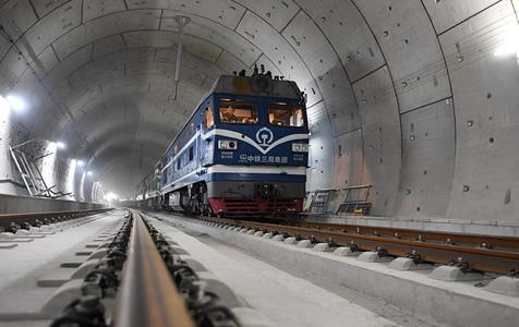 我国首条智能高铁京张高铁全线轨道贯通