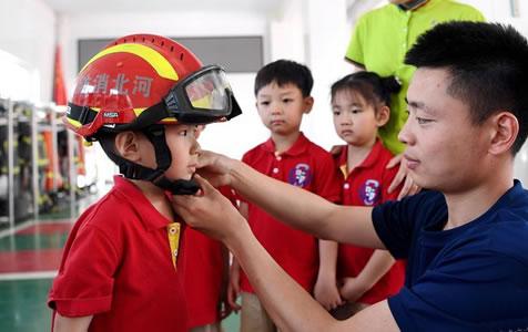河北:萌娃变身消防员