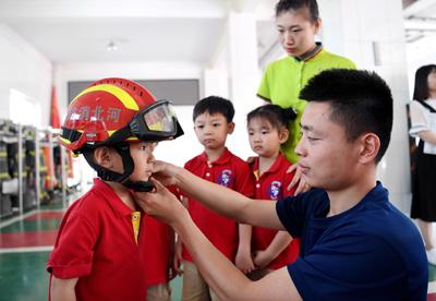 萌娃变身消防员