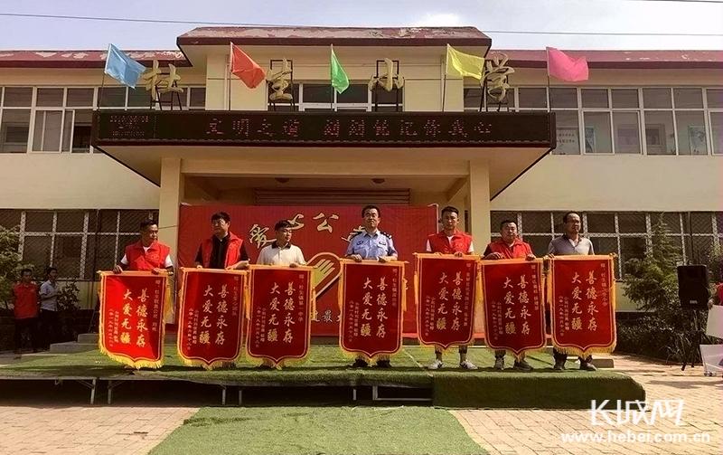 """沧县杜生镇爱心公益团队举办""""爱心捐助 情暖校园""""活动"""