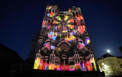 法国亚眠大教堂举办灯光秀如梦如幻