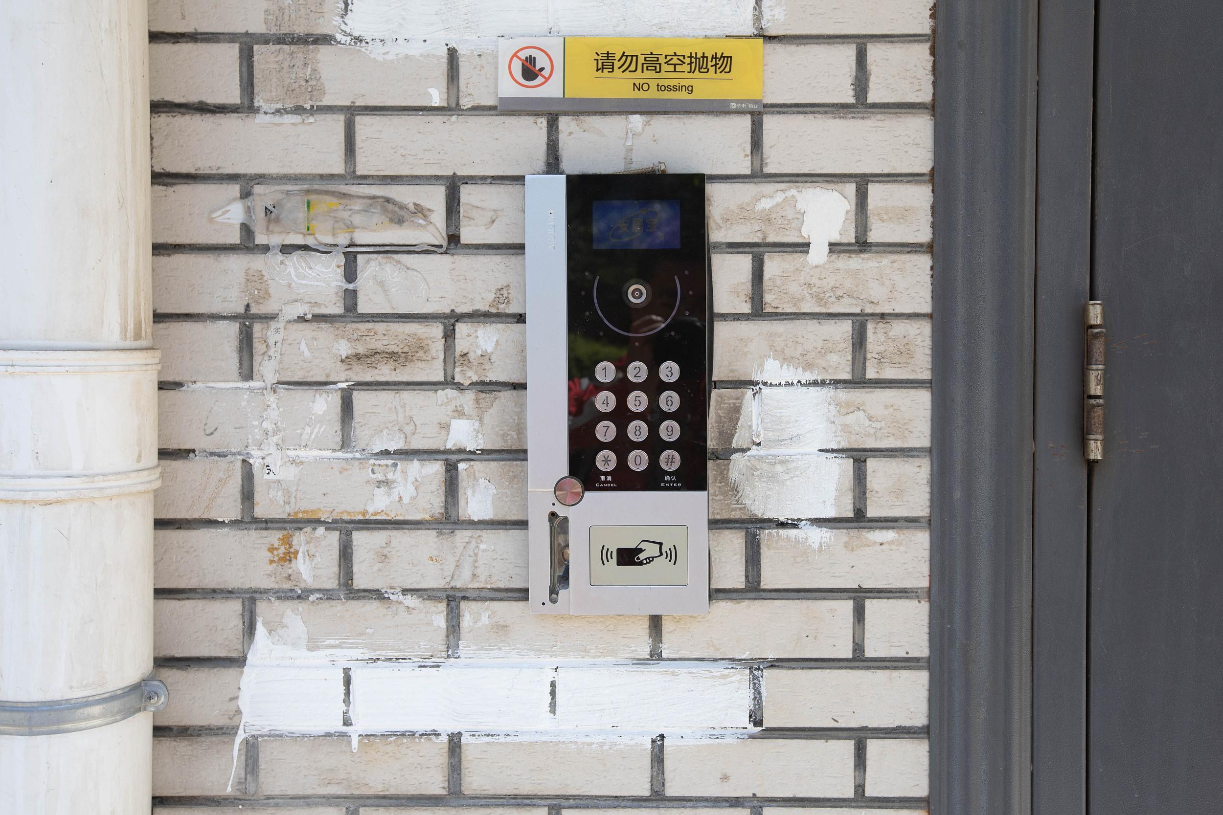 """长春:社区义工脑洞大开 用卡通涂鸦""""赶跑""""牛皮癣小广告"""