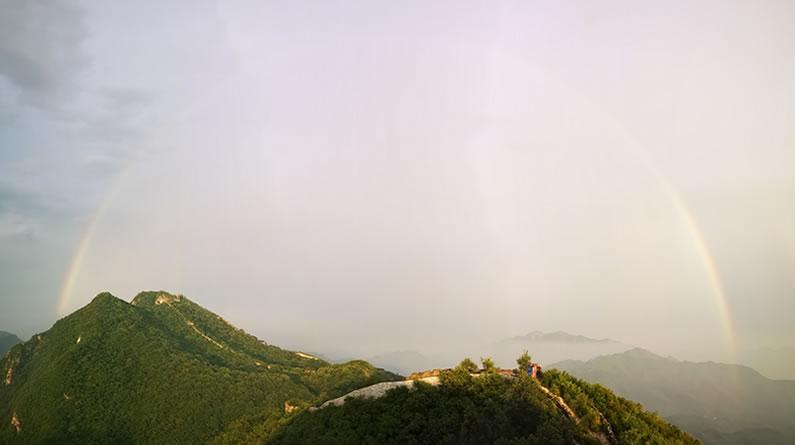 北京:阵雨过后箭扣长城上空现彩虹美景 与晚霞交相辉映景迷人