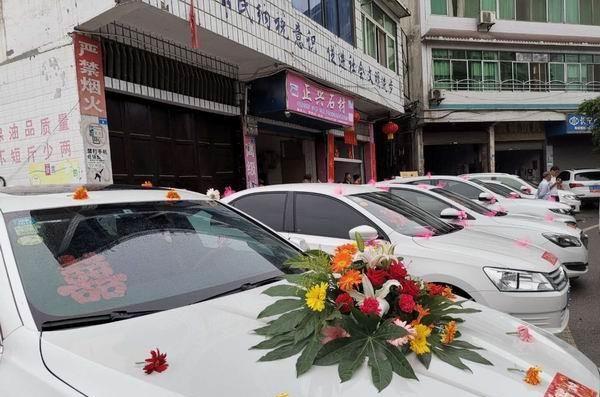 地震沒有擾亂居民生活節奏 新人如期舉行婚禮