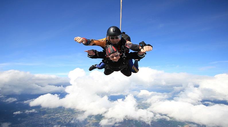 就是这么野!老奶奶高空跳伞庆祝90岁生日