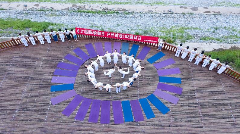 湖北宜昌:迎国际瑜伽日 瑜伽爱好者秀柔美身段
