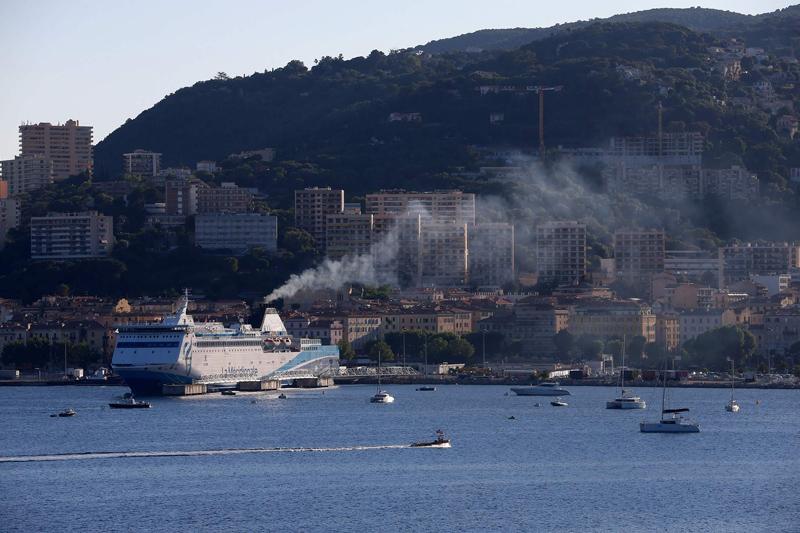 法国一艘大型邮轮冒出浓烟