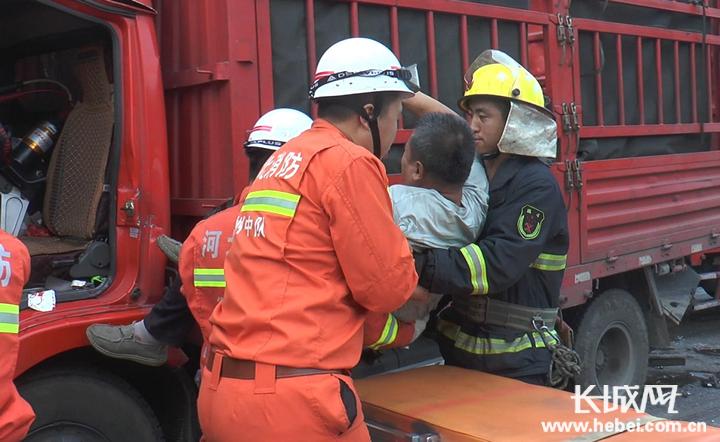 躲闪不及三货车连环相撞 深州消防成功营救两名被困者