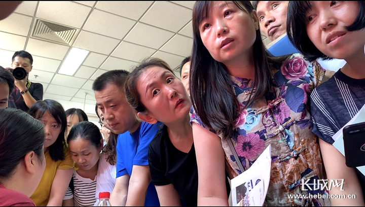 视频|高招现场:天儿热北大更热 高二家长也来探营