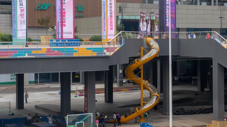 重庆一轨道站外是滑梯 市民下站可滑下去