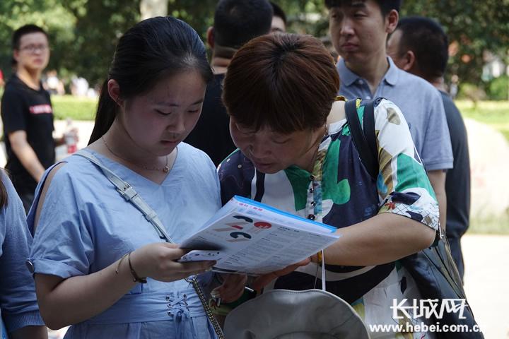 衡水高招咨询会举行 130余所高校为考生家长现场答疑