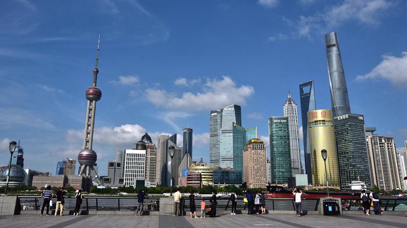 上海:外滩蓝天白云 城市风景美如画