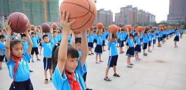 沙河:娃娃学篮球