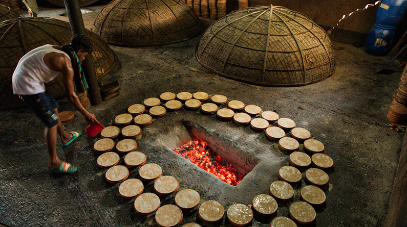 """孟加拉国民众古法烹制传统食物 大号""""烤箱""""效率高"""