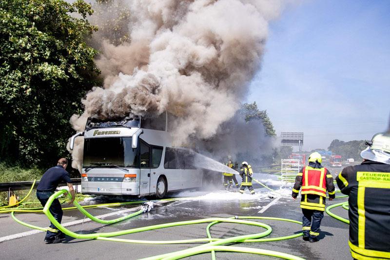 德国一载有65名学生巴士起火