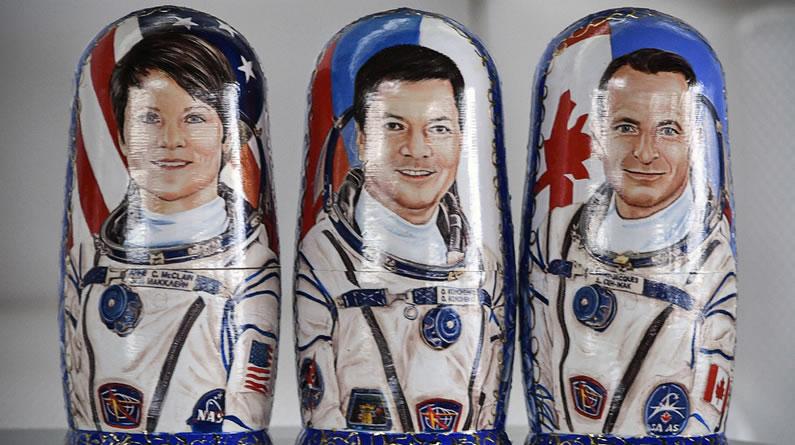 """""""联盟MS-11""""号飞船返回地球 宇航员同款套娃亮相哈萨克斯坦"""