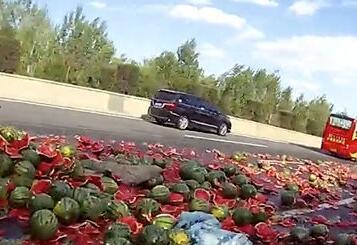 视频|好险!高速上爆胎侧翻 满车西瓜撒一地