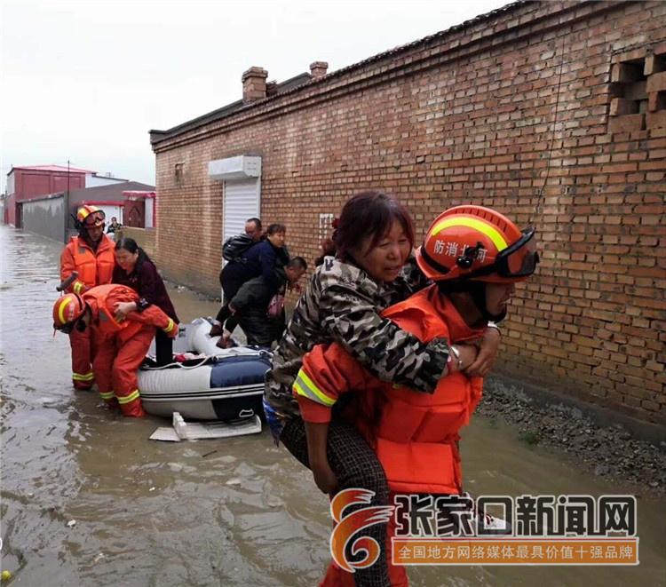天降大雨45名群众被困 康保消防人员紧急救援