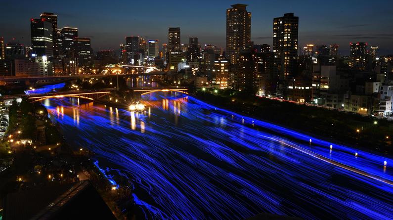 日本大阪河流约7万LED灯泡被点亮 浪漫蓝光点缀夜色