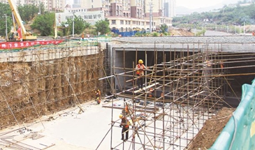 承德市区大石庙东山道路工程紧张施工中