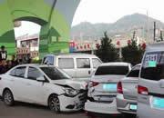 女司机拐弯时与五车接连碰撞