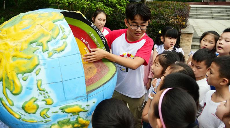 江苏镇江:志愿者带领小朋友学习防震减灾知识