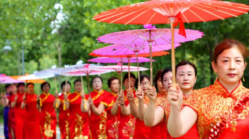 河北邢台:旗袍爱好者公园内表演旗袍秀