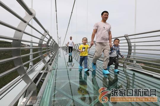 玻璃吊桥引游人