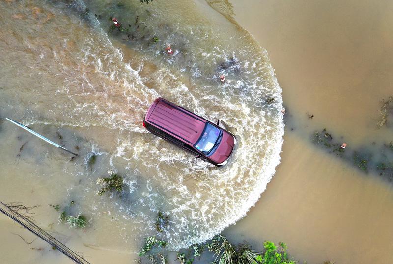 广西柳州:柳江洪流倒灌覆没乡道