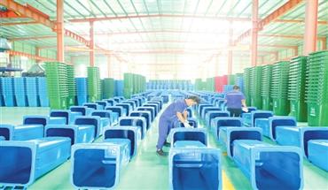 巨鹿:分类垃圾桶生产忙