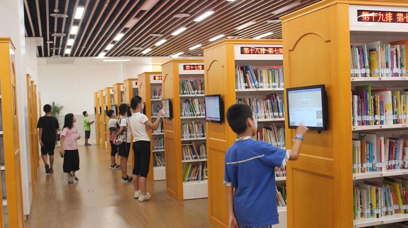 厦门:网红图书馆成纳凉好去处 读者看书吹空调