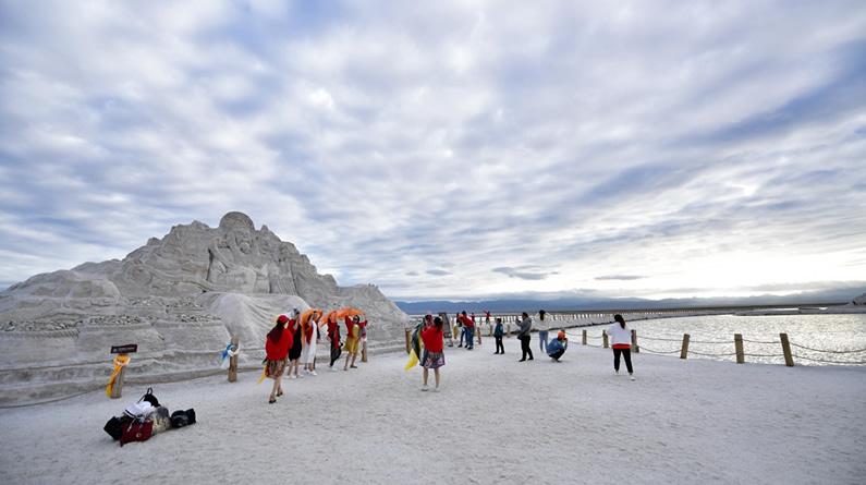 青海茶卡盐湖迎来旅游旺季