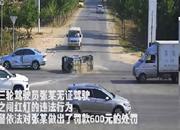 一电动三轮车载5人被撞翻