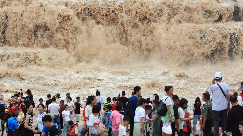 陕西延安:人潮涌动 壶口瀑布景区暑期迎来客流高峰