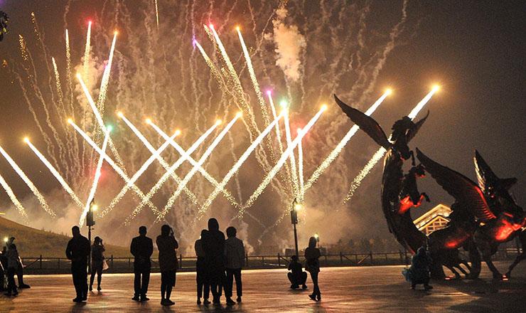 河北承德:坝上草原景区篝火晚会和烟花吸引旅客