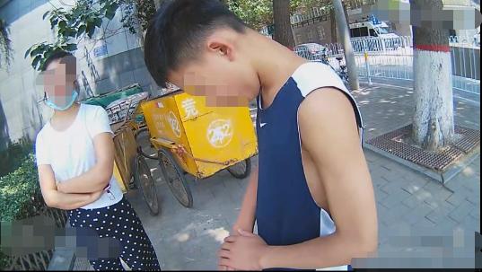 视频|因为手机和母亲争吵,男孩赌气跳车出走