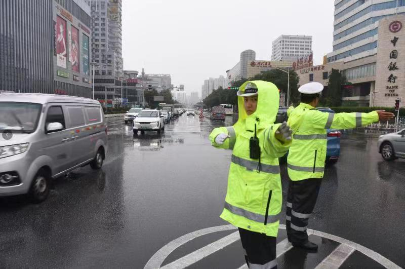 视频|应对强降雨,保定交警全警上路保障道路安全畅通