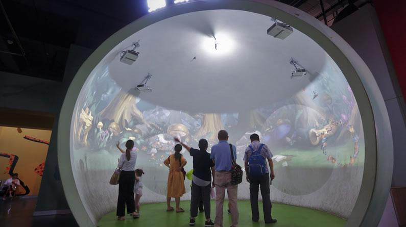 杭州:学习、玩耍两不误 孩子们扎堆科技馆里觅清凉