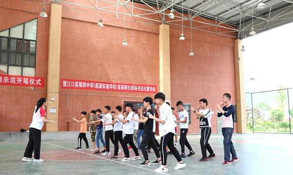吉首大学志愿者:传授武术 弘扬文化