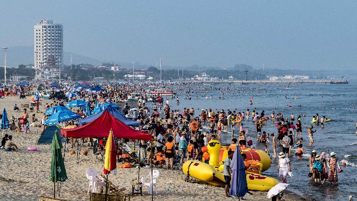 河北秦皇岛:高温来袭 北戴河海滨浴场游客爆满