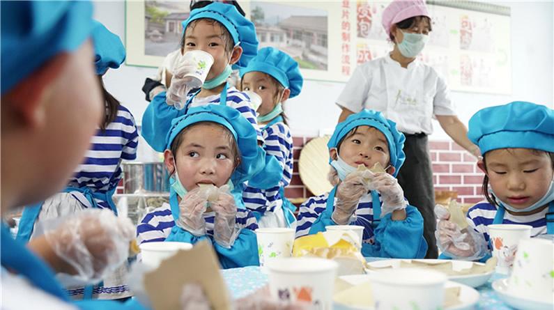 """河北滦州:""""豆片工坊""""里的快乐暑假"""