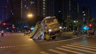 杭州九堡附近发生路面塌陷 一货车后轮陷入深坑
